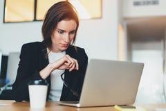Ufficio Moderno Sa : Bella donna di affari che per mezzo del computer portatile all