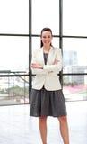 Bella donna di affari sorridente con le braccia piegate Fotografia Stock