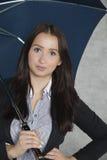 Bella donna di affari sotto un ombrello Immagine Stock