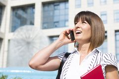 Bella donna di affari sul telefono Fotografia Stock Libera da Diritti