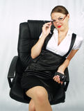 Bella donna di affari sulla presidenza dell'ufficio Fotografia Stock