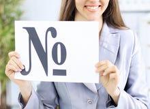Bella donna di affari in ufficio che tiene un segno con il segno di numero Fotografie Stock Libere da Diritti