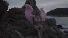 Bella donna di angelo con le ali rosa archivi video
