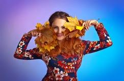 Bella donna di autunno con le foglie di acero gialle immagine stock libera da diritti