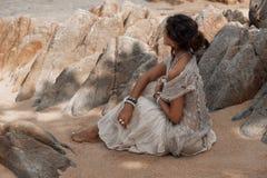 Bella donna di boho sulla spiaggia Immagine Stock