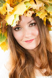 Bella donna di caduta. Ritratto della ragazza con la corona di autunno delle foglie di acero sulla testa sull'isolato su Fotografia Stock Libera da Diritti