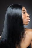 Bella donna di colore con capelli diritti lunghi Fotografia Stock