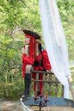 Bella donna di contemplazione del pirata sulla piccola barca con il cappello del pirata fotografia stock libera da diritti