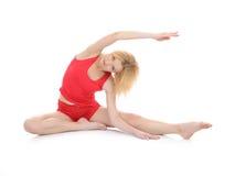Bella donna di forma fisica che allunga esercitazione Immagini Stock