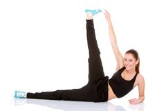 Bella donna di forma fisica che fa allungando esercitazione Fotografia Stock