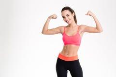 Bella donna di forma fisica che mostra il suo bicipite immagini stock