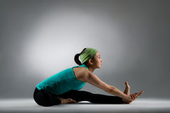 Bella donna di forma fisica che si siede sul pavimento pulito Fotografie Stock Libere da Diritti