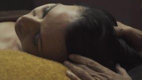 Bella donna di massaggio facciale video d archivio