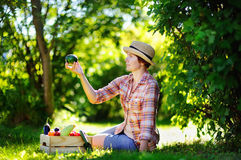 Bella donna di medio evo che gode del raccolto Fotografia Stock Libera da Diritti