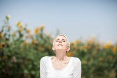 Bella donna di medio evo in una scena rurale del campo all'aperto con i girasoli fotografie stock