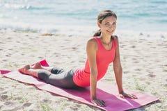 Bella donna di misura che fa allungando esercizio di yoga Fotografia Stock