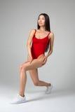 Bella donna di misura che fa allungando gli esercizi Fotografie Stock Libere da Diritti