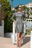 Bella donna di modello bionda sexy di lusso elegante sbalorditiva fenomenale che indossa un vestito ed i supporti degli occhiali  Fotografie Stock