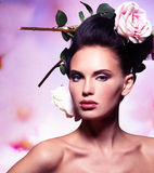 Bella donna di modo con i fiori rosa in capelli Fotografie Stock