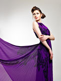 Bella donna di modo in vestito lungo viola Immagine Stock Libera da Diritti