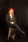 Bella donna di Redhead che porta Berret rosso Immagini Stock