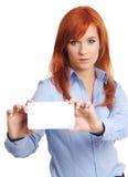 Bella donna di redhead con il notecard. Immagine Stock