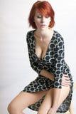 Bella donna di redhead su uno sgabello fotografia stock