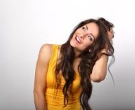 Bella donna di risata godente di divertimento in camicia gialla con il dente Immagini Stock