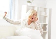 Bella donna di sbadiglio subito dopo svegliare Fotografia Stock Libera da Diritti
