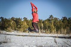 Bella donna di sport nel salto urbano degli abiti sportivi Fotografia Stock