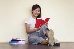 Bella donna di uno studente che si siede con il computer portatile e che si rilassa dentro Fotografia Stock Libera da Diritti