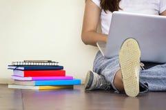 Bella donna di uno studente che si siede con il computer portatile e che si rilassa dentro Immagine Stock Libera da Diritti
