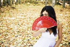 Bella donna dietro il ventilatore tradizionale. fotografia stock libera da diritti