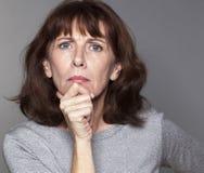 Bella donna dispiaciuta 50s che sembra arrabbiata Immagini Stock