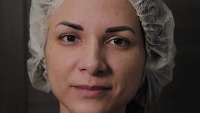 Bella donna dopo pulizia del fronte, umore allegro di vuoto archivi video