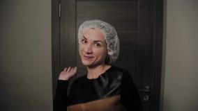 Bella donna dopo pulizia del fronte, umore allegro di vuoto video d archivio