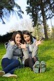 Bella donna due che esprime eccitazione in un parco Immagine Stock
