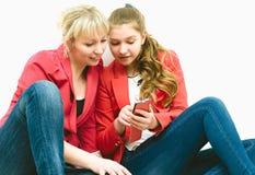 Bella donna due con il telefono cellulare Fotografie Stock