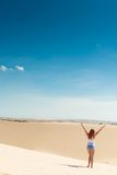 Bella donna in dune di sabbia Immagine Stock
