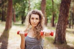 Bella donna e forma fisica con le teste di legno all'aperto, lo stile di vita e lo sport sani fotografia stock