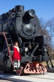 Bella donna e treno d'annata Fotografia Stock