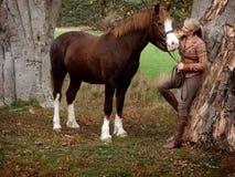 Bella donna ed il suo cavallo fotografia stock