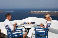 Bella donna ed uomini che si siedono sul balcone Fotografia Stock