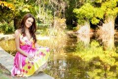 Bella donna elegante con il vestito variopinto Fotografia Stock