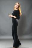 Bella donna elegante con un vetro del isolat disponibile del champagne Immagini Stock Libere da Diritti