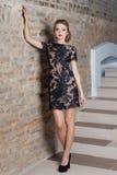 Bella donna elegante sexy con trucco luminoso in un vestito da sera per l'evento, il nuovo anno, tiro di modo per un abbigliament Fotografie Stock