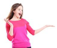 Bella donna emozionante che esamina il vostro prodotto Fotografia Stock