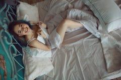 Bella donna emozionante sorridente che legge un libro di mattina Fotografia Stock