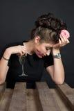 Bella donna esile che mangia una ciambella Fotografie Stock Libere da Diritti