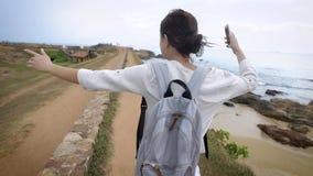 Bella donna felice che cammina fuori sulla natura che porta uno zaino stock footage